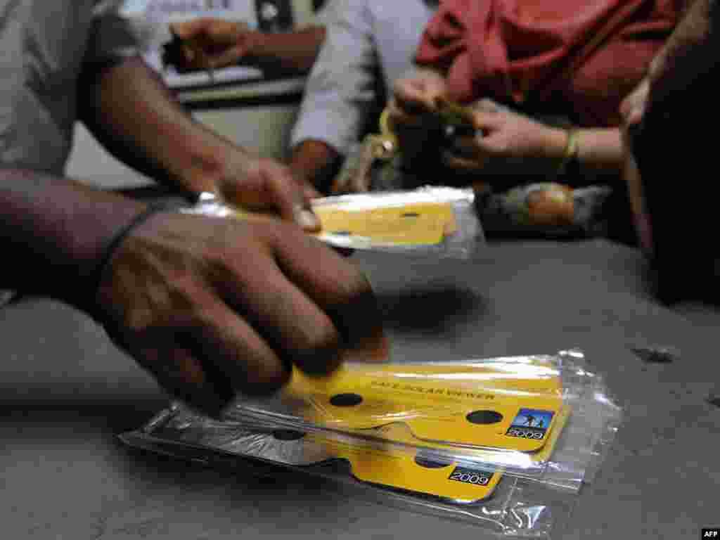 Индийцы покупают солнечные очки в ожидании полного солнечного затмения, которое можно будет наблюдать на территории Индии 22 июля
