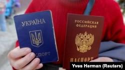 Украинский и российский паспорта. Иллюстративное фото.