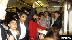 «Münasibətim pisdir. Metrodan ancaq kasıb təbəqə istifadə edir. Varlılar metrodan istifadə etmir. Bu, bizim ziyanımıza oldu…»