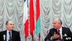 С Франсуа Миттераном (слева) связана славная эпоха в истории французских социалистов. На фото 1989 года Миттеран - на переговорах с советским лидером Михаилом Горбачевым