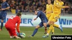 نمایی از بازی رفت فرانسه در برابر اوکراین
