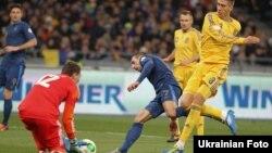 У першому матчі в Києві Франк Рібері (в центрі у синій формі) атакував безрезультатно – голкіпер Андрій П'ятов (у червоному светрі) забирає м'яч