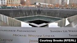Мемориал на месте падения двух башен-близнецов в Нью-Йорке
