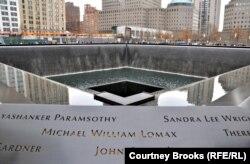 Мемориал, появившийся на месте уничтоженных башен ВТЦ в Нью-Йорке