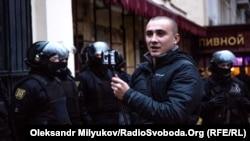 Громадський активіст Сергій Стерненко на акції проти забудови Літнього театру, 18 листопада 2017 року