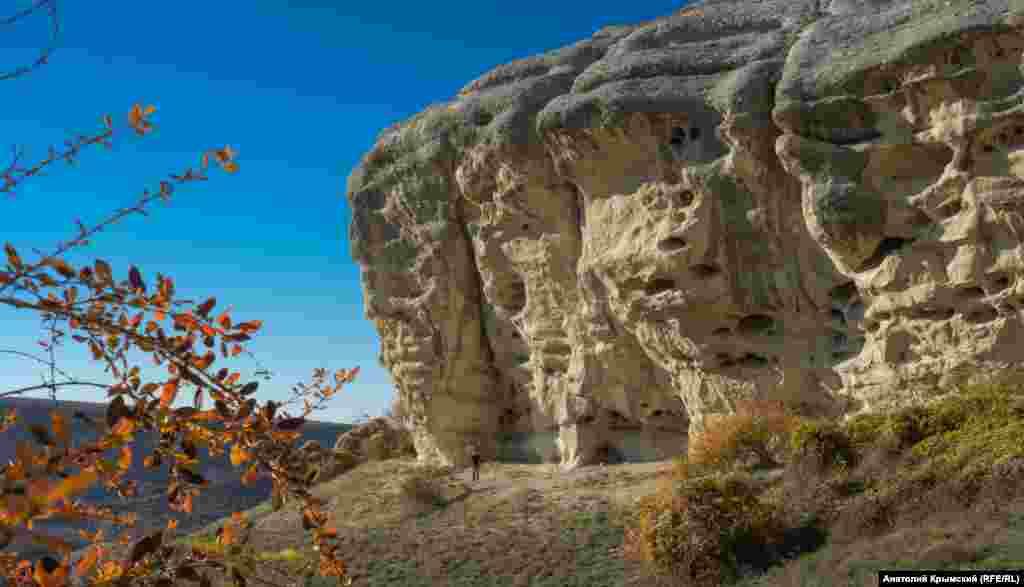 Характерные соты в скале – результат длительного выветривания. Ученые-геоморфологи считают, что сначала известняковая порода разрушалась под воздействием перепадов температуры, иссушения и увлажнения. Затем порода обрабатывалась мелкими песчинками, нанесенными ветром
