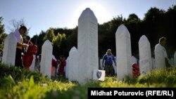 Nišani, mezarje u Potočarima, 10. juli 2015.