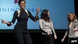 АҚШ президенті Барак Обаманың әйелі Мишель Обама Nickelodeon телеарнасының актерлерімен билеп жүр. Вирджиния, 13 қаңтар 2012 жыл.