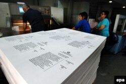 Yunanıstanda referendum üçün səsvermə bülletenləri çap edilir