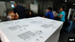 Работники государственного печатного двора Греции готовят бюллетени для референдума 5 июля