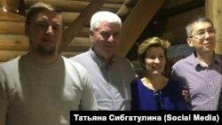 Внук белого генерала Виктор Пепеляев – обнял за плечо внучку красного командира Ольгу Русину-Строд из США. По краям – правнуки