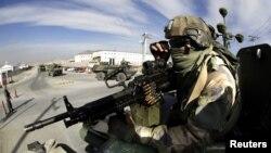 Nj ushtar francez mbikqyr konvojin e trupave franceze duke u tërhequr sot nga Nejrabi, Afganistan
