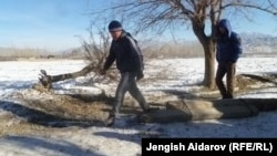 Чарбак айылын Сох анклавынан бөлүп турган чек ара тилкеси ушул тушта. 7-январь, 2013.