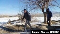 Чарбак айылын Сох анклавынан бөлүп турган чек ара тилкеси. 7-январь, 2013