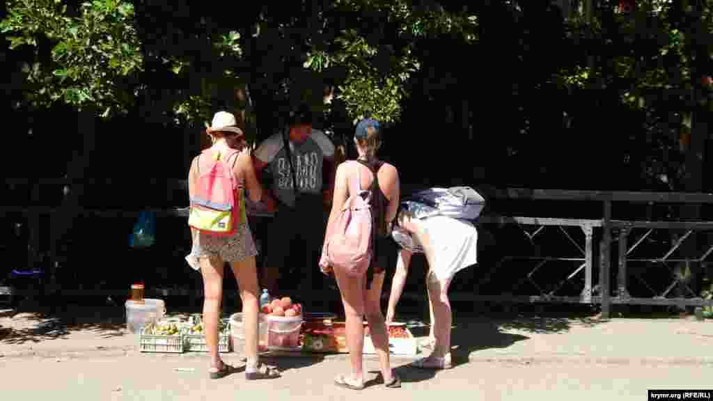На вулицях продають місцеві ласощі: персики, інжир, полуницю, малину і мед