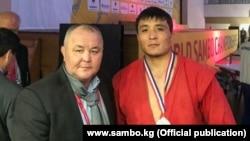 Эдилбек Шакирмаматов (оң тарапта).