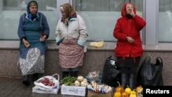Пожилые женщины продают овощи в центре Киева. 30 октября 2015 года.