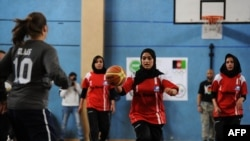Membre ale echipei afgane olimpice de basketball, marcând Ziua Internațională a Femeii la Kabul