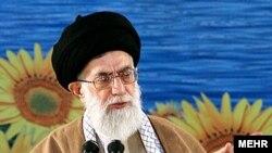 آيت الله خامنه ای که در سفری به يزد، در جمع گروهی از دانشجويان اين شهر سخن می گفت، تاکيد کرد که از نظر او اين رابطه در حال حاضر «برای ملت ايران» سودی ندارد.