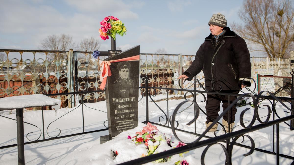 Валентина Макаревич рядом с могилой брата