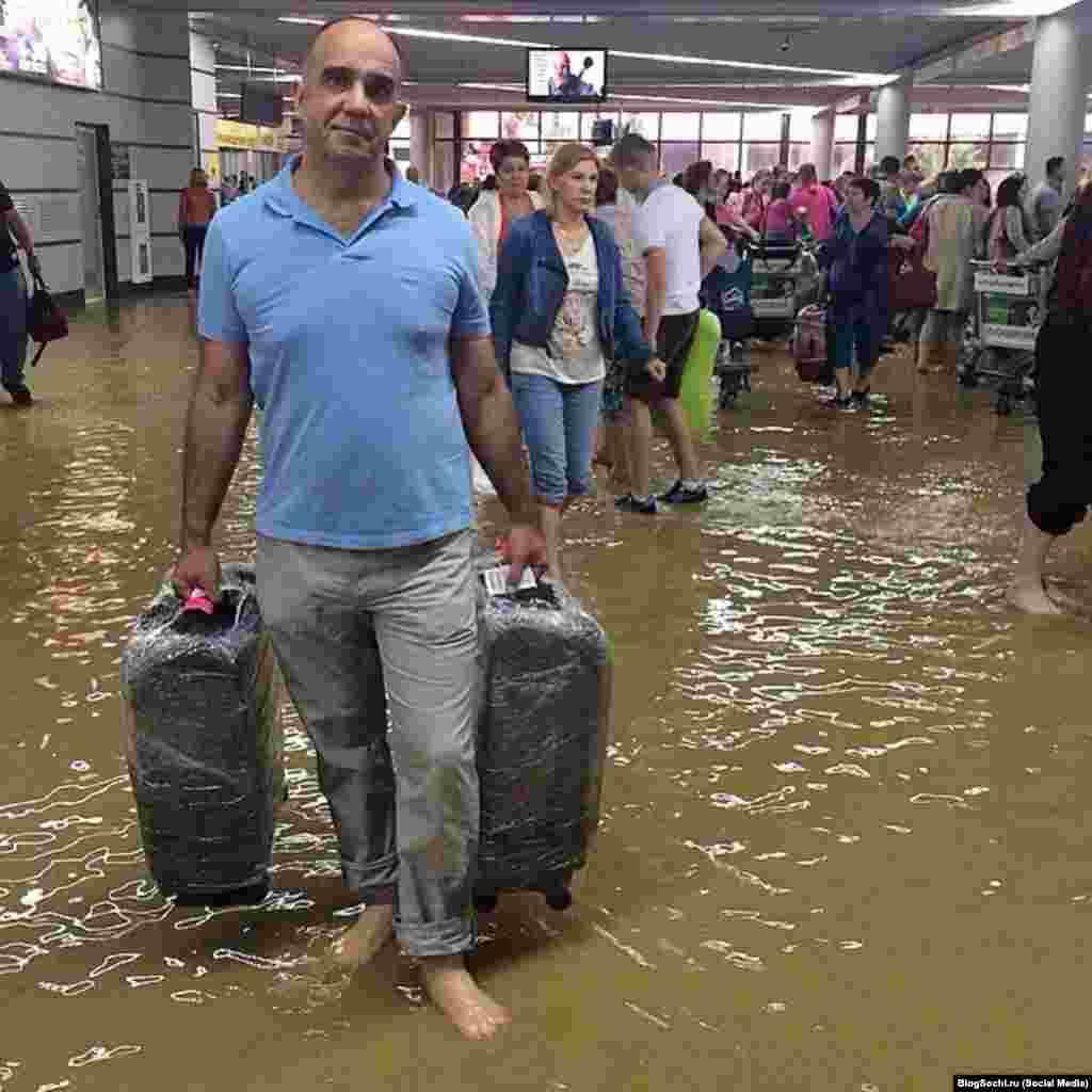 Сочинин аэропортунда тизеден суу кечип, өз каттамын күткөндөр