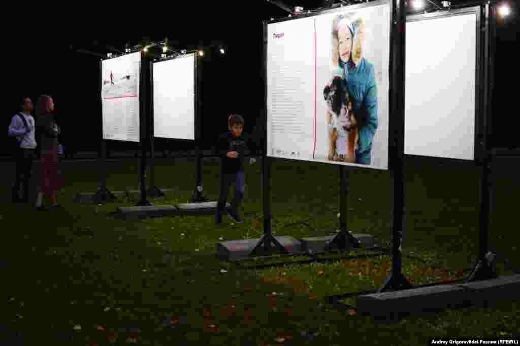 На поляне в самом конце парка — с десяток щитов. На каждом щите — фотография (автор — Рафис Закиров). Под каждой фотографией — трогательная история о том, как встретились человек и пес.