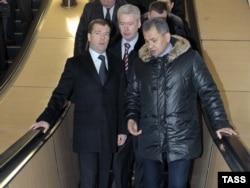 Ресей президенті болып тұрған кезіндегі Дмитрий Медведев (сол жақта), Мәскеу мэрі Сергей Собянин (ортада), төтенше жағдайлар министрі Сергей Шойгу (оң жақта) Мәскеу метросын тексеріп жүр. 27 қаңтар 2011 жыл.
