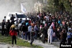 Мешканці Хомса збираються біля представників ООН, чекаючи на евакуацію, фото 10 лютого 2014 року