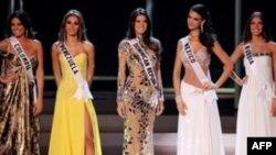 ديانا مندوزا، ۲۲ ساله، با لباس زرد رنگ در میان دیگر دختران نامزد ملکه زیبایی جهان.(عکس: AFP)