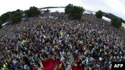 Более 150 тысяч человек вышли на улицы Осло в знак солидарности с пострадавшими и семьями погибших в результате терактов