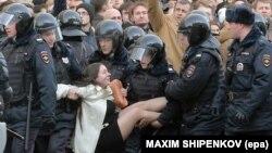 Ольгу Лозину задерживают сотрудники полиции