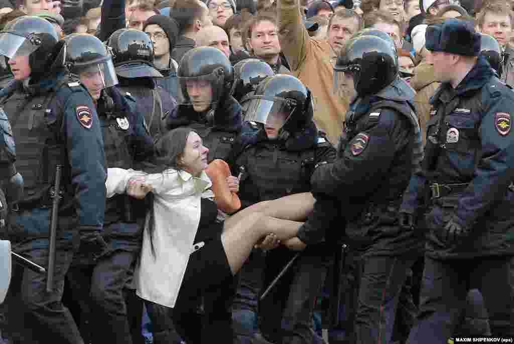 Поліція затримує учасників антикорупційної акції у Москві, 26 березня 2017 року. БІЛЬШЕ ПРО ЦЕ