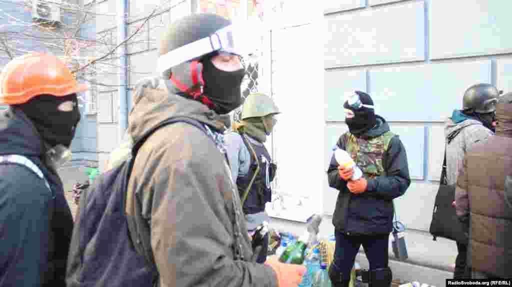 Протестчылар утлы шешәләр әзерли
