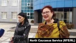 Вдова Земфира Цкаева и ее адвокат Анджелика Сикоева, архивное фото