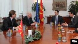 Посредникот на ОН во спорот за името Метју Нимиц на средба со премиерот Никола Груевски и со министерот за надворешни работи Никола Попоски во Скопје на 11 јануари 2013 година.