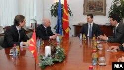 Посредникот на ОН во спорот за името Метју Нимиц на средба со премиерот Никола Груевски и со министерот за надворешни работи Никола Попоски во Скопје на 11 јануари 2013 во Скопје.