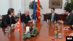 Посредникот на ОН во спорот за името Метју Нимиц на средба со премиерот Никола Груевски и со министерот за надворешни работи Никола Попоски во Скопје. 11 јануари 2013.