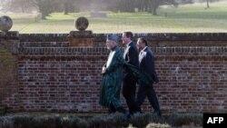 Британ премьери Девид Камерон (ортодо) ооган жана Пакистан президенттери Хамид Карзай (солдо) жана Асиф Али Зардари менен (оңдо) өзүнүн шаар четиндеги резиденциясында баратат, 4-февраль, 2013
