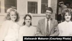 1990 год. Александр Макаров, учитель биологии, с выпускницами своего класса.