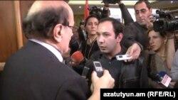 Участник акции протеста, прервавшей пресс-конференцию международных наблюдателей, дает интервью в прямом эфире Азатутюн ТВ, Ереван, 19 февраля 2013 г.