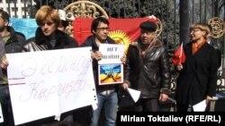 Акция в Бишкеке в поддержку независимости Украины у посольства России