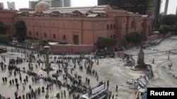 مردم معترض قاهره در نزدیکی ساختمان موزه مصر در میدان تحریر (رهایی)
