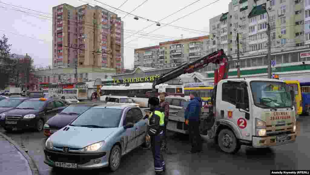 Эвакуатор за работой возле Центрального автовокзала.