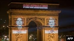 Портреты похищенных французских журналистов отображены на Триумфальной арке в Париже, 29 декабря 2010 года