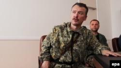На то время так называемый «министр обороны» группировки «ДНР», гражданин России, полковник Игорь Гиркин (Стрелков) (слева). Он не отрицает, что в то время, когда находился на Донбассе, выносил смертные «приговоры» и они были выполнены