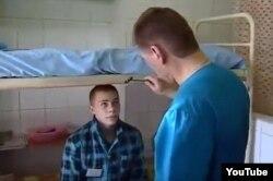 Лекар аглядае асуджанага ў турэмным шпіталі