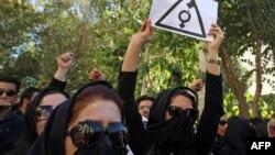 تجمع زنان مقابا دادگستری استان اصفهان در اعتراض به اسیدپاشیهای اخیر در این منطقه