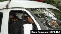 """Микроавтобус """"Газель"""", в котором перевозят арестованных."""