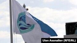 Շանհայի համագործակցության կազմակերպության դրոշը Բիշքեկում, 13-ը սեպտեմբերի, 2013թ․
