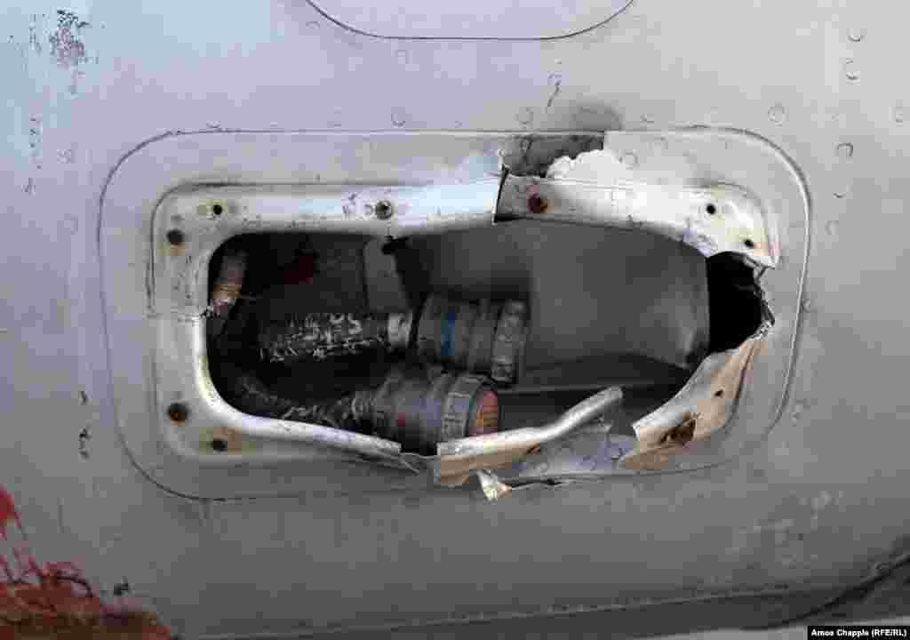 Деталь повреждения реактивного самолета «Дельфин». Как сообщали в местных новостях, несколько самолетов изуродовали вандалы, а некоторые части самого аэродрома были с годами разворованы, когда за базой никто не ухаживал